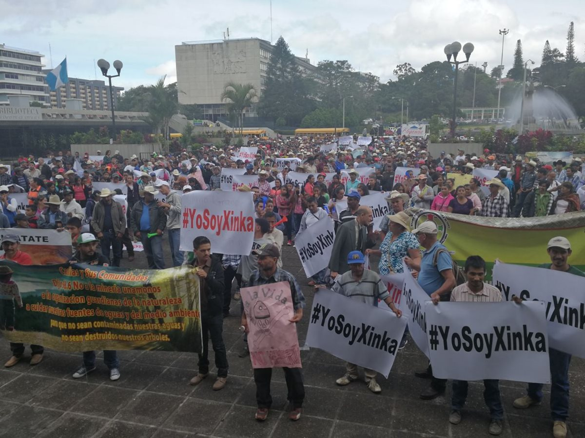 Manifestantes se plantaron frente a la Corte Suprema de Justicia para pedir el cierre definitivo de mineras en Santa Rosa. (Foto Prensa Libre: Estuardo Predes)