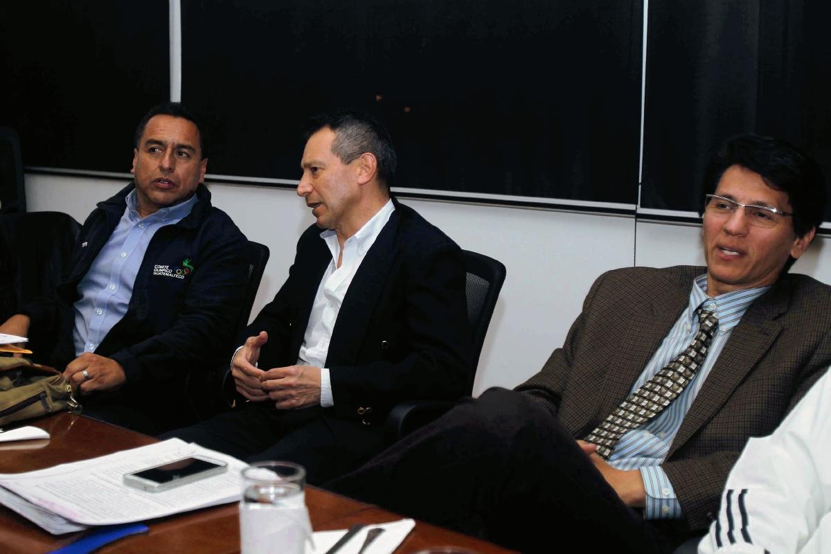 Alfredo Flores  -centro- hablo el miércoles último con la Asamblea. (Foto Prensa Libre: Carlos Vicente)