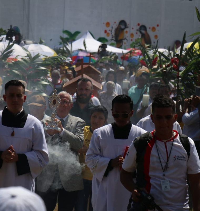Cientos acudieron a presenciar la ceremonia de beatificación en el Polideportivo de Morales. (Foto Prensa Libre: Dony Stewart)