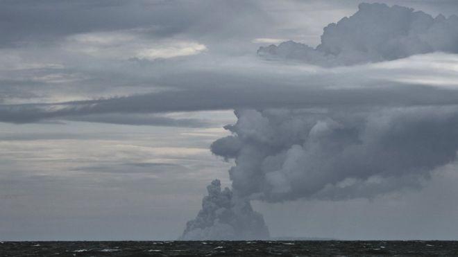Los científicos estuvieron analizando imágenes satelitales para calcular la cantidad de roca desprendida al mar. REUTERS