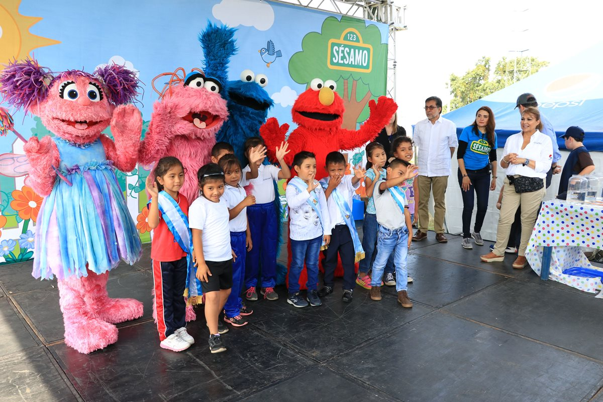 Niños de Los Lotes olvidan por un instante la tragedia y bailan con los personajes de Plaza Sésamo