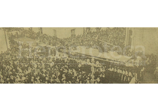 Foto que ilustraba la portada de Prensa Libre del 4 de marzo de 1963 donde se aprecia la salida de la procesión de Jesús de Candelaria previo a colocarla en la plataforma móvil que la llevaría a Antigua Guatemala. (Foto: Hemeroteca PL)