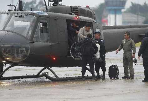 Donald Saúl Villatoro Cano es ayudado por policías para descender del helicóptero.