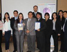 Colaboradores de la empresa Clariant Guatemala S.A. reciben el sello que los certifica como Oficina Verde. (Foto Prensa Libre: Cortesía CIG).