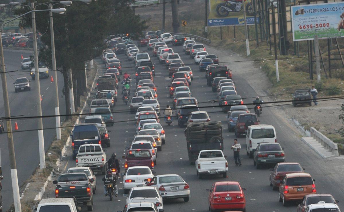 Tránsito en el kilometro 12 Ruta a la Costa Sur llegando a Villa Nueva. (Foto Prensa Libre:  Erick Ávila)