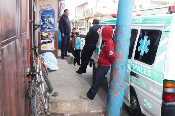 El cadáver de un hombre fue localizado en El Tejar, Chimaltenango, socorristas creen que murió por hipotermia. (Foto Prensa Libre: Víctor Chamalé)