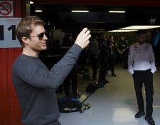 Nico Rosberg visitó los pits este miércoles y saludó a sus antiguos compañeros. (Foto Prensa Libre: EFE)