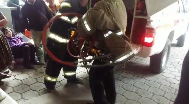 Los Bomberos Voluntarios rescatan a la mujer que quedó atrapada en el elevador del HRO. (Foto Prensa Libre: Fred Rivera)
