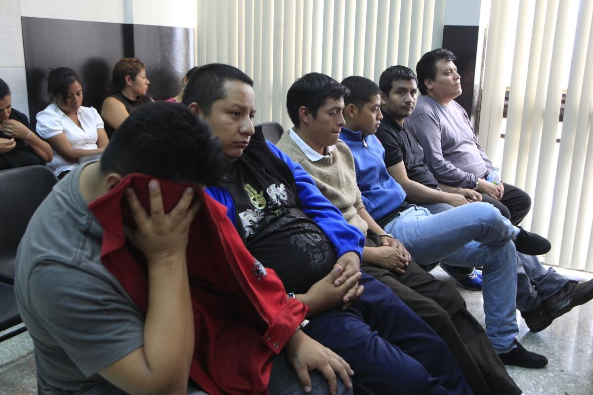 El expolicía Miguel Gómez Toma -de suéter azul- durante una de las audiencias en el Tribunal de Mayor Riesgo. (Foto Prensa Libre: Hemeroteca PL)