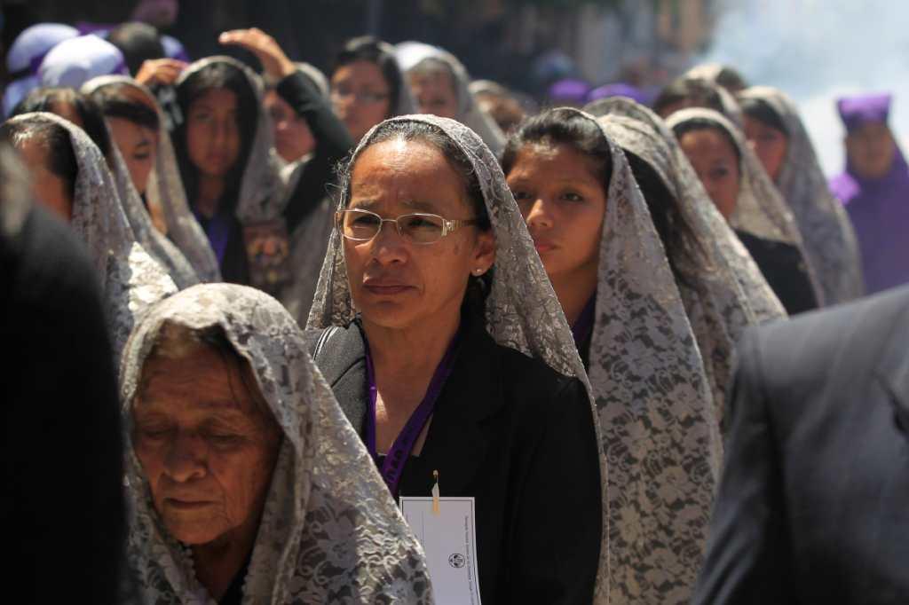 Devotas esperan su turno para cargar a la Virgen María.
