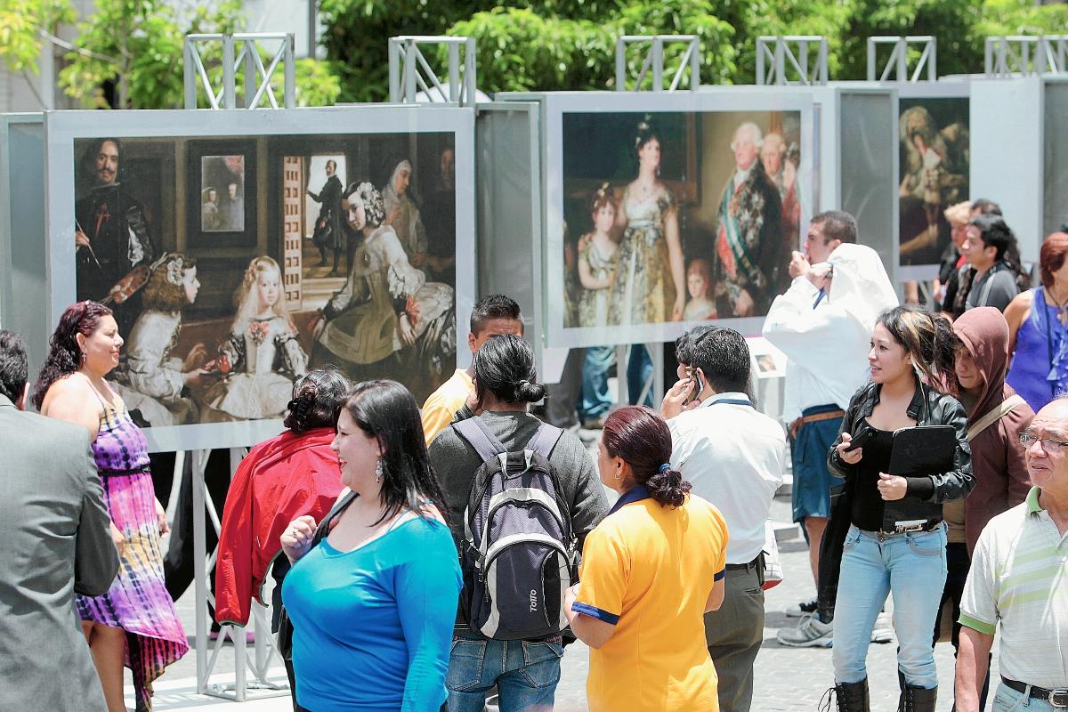 Obras del Museo del Prado se exhiben en fotografías en el parque Centenario, zona 1 de la capital