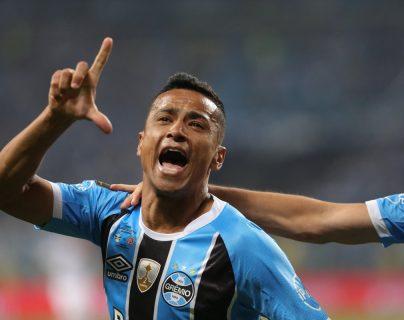 Cícero Santos de Gremio grita eufórico el gol que anotó contra Lanús en la ida de la final de la Copa Libertadores. (Foto Prensa Libre: EFE)