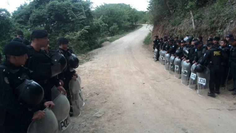 Desde la madrugada la Policía Nacional Civil envió más agentes al ingreso de la mina el Tambor en La Puya. (Foto Prensa Libre: É. Ávila)