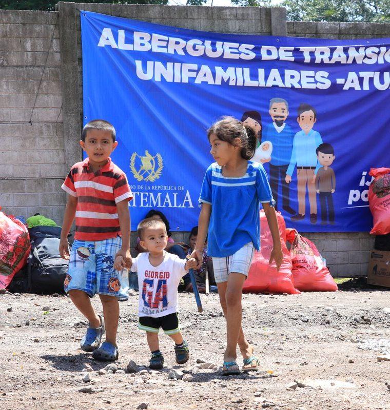 Niños sobrevivientes a la tragedia por la erupción del Volcán de Fuego caminan en el área que habitarán mientras el Gobierno les entrega viviendas formales. (Foto Prensa Libre: Enrique Paredes)