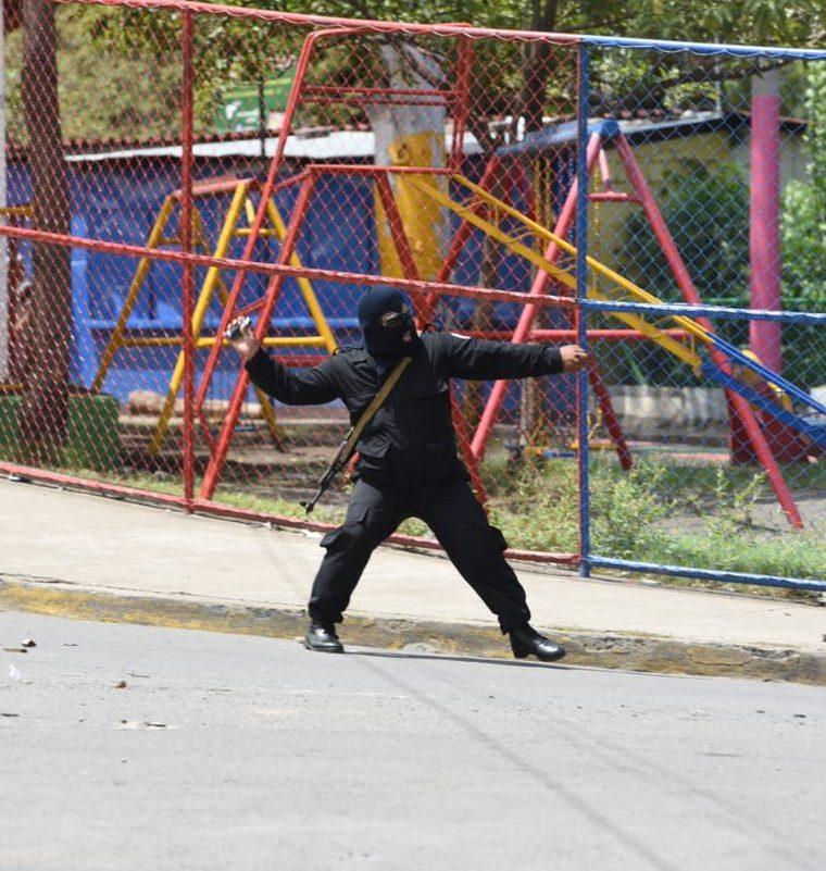 """Manifestantes participaban en marcha """"Somos la voz de los presos políticos"""" cuando fueron atacados con disparos. (Foto Prensa Libre: La Prensa Nicaragua)"""