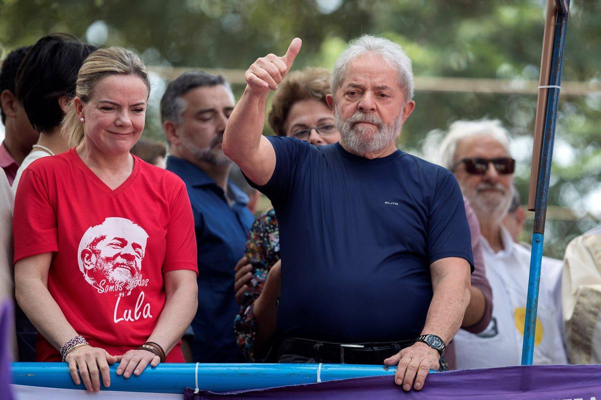 """""""Cumpliré con su orden"""", dijo Lula a simpatizantes después de asistir a la misa de su esposa."""