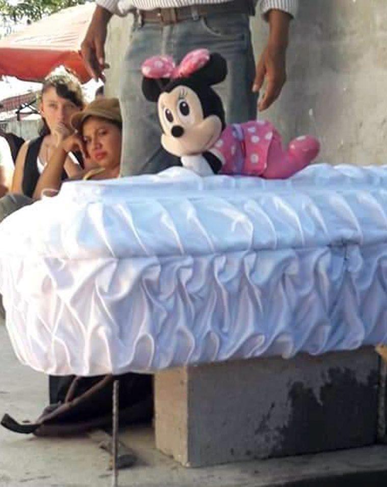 Sobre el ataúd de Nadia Daniela Cacao Aguirre, de 4 años, fue colocado su juguete favorito. (Foto Prensa Libre: Dony Stewart)