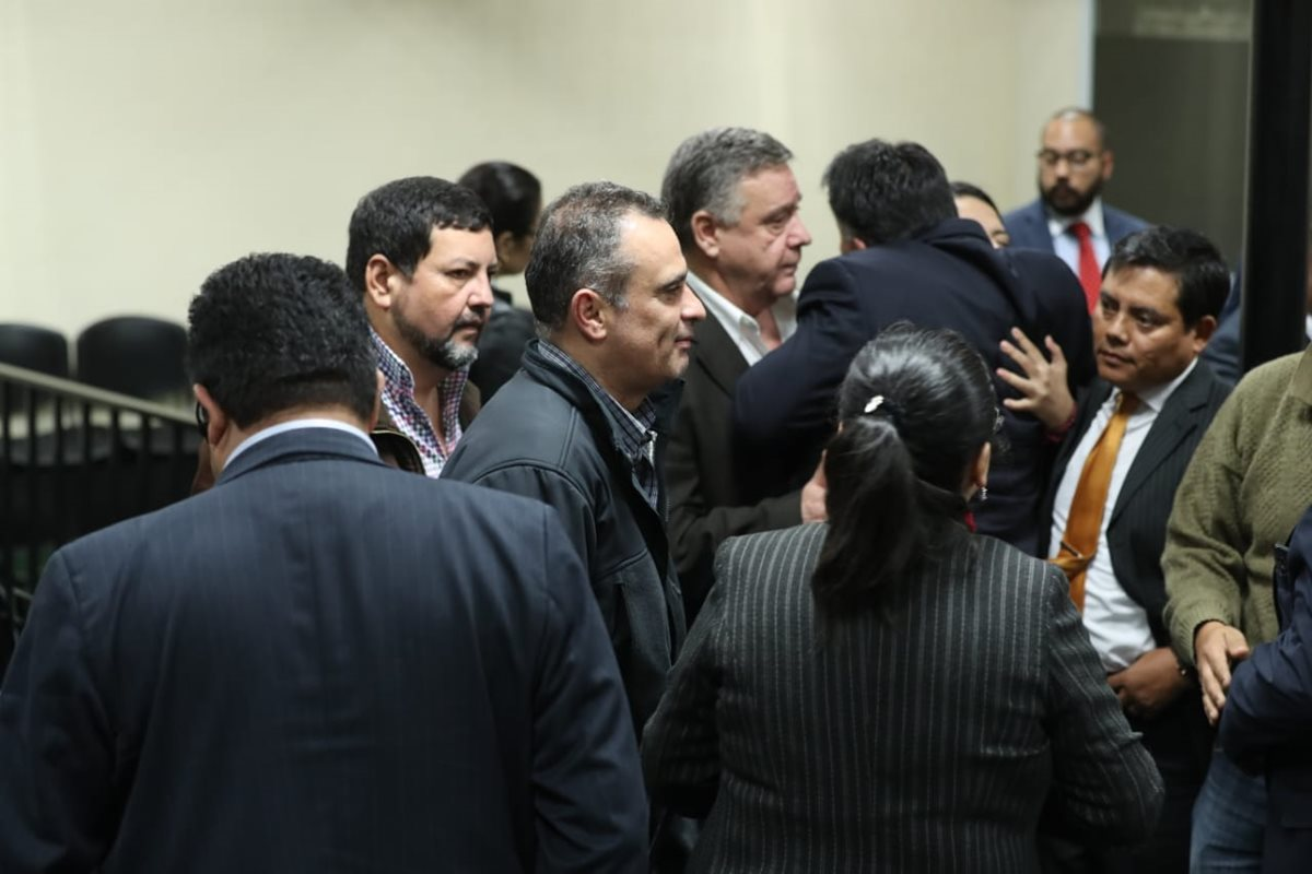 Implicados en el caso Agua Mágica conversan luego de la lectura de la sentencia. (Foto Prensa Libre: Esbin García)