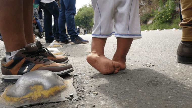 Un niño de unos 2 años camina descalzo por la Carretera entre Zacapa y Chiquimula. (Foto Prensa Libre: Érick Ávila)