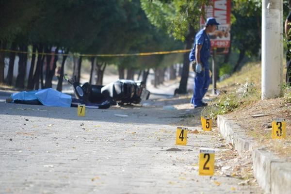 Zacapa Gilbert Torres Zalam fue muerto a balazos cuando se dirigía a su trabajo en un predio municipal, en Zacapa. (Foto Prensa Libre: Víctor Gómez)