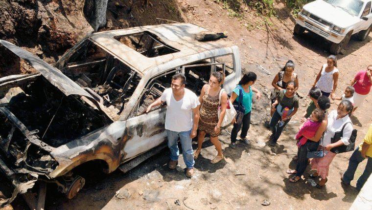 La camioneta agrícola del precandidato del PP en Pueblo Nuevo Viñas, Santa Rosa, Diter Morales, fue consumida por las llamas. (Foto Prensa Libre: Oswaldo Cardona)