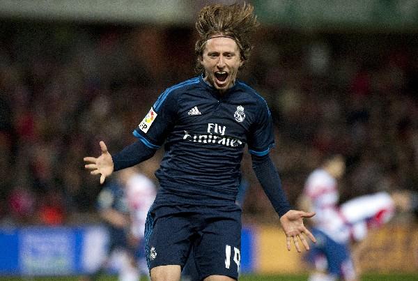 Luka Modric festeja el gol del triunfo para el Real Madrid, en su visita al Granada. (Foto Prensa Libre: AFP)