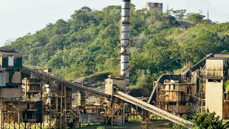 explotación de níquel a orillas del lago de Izabal, en el nororiente de Guatemala.