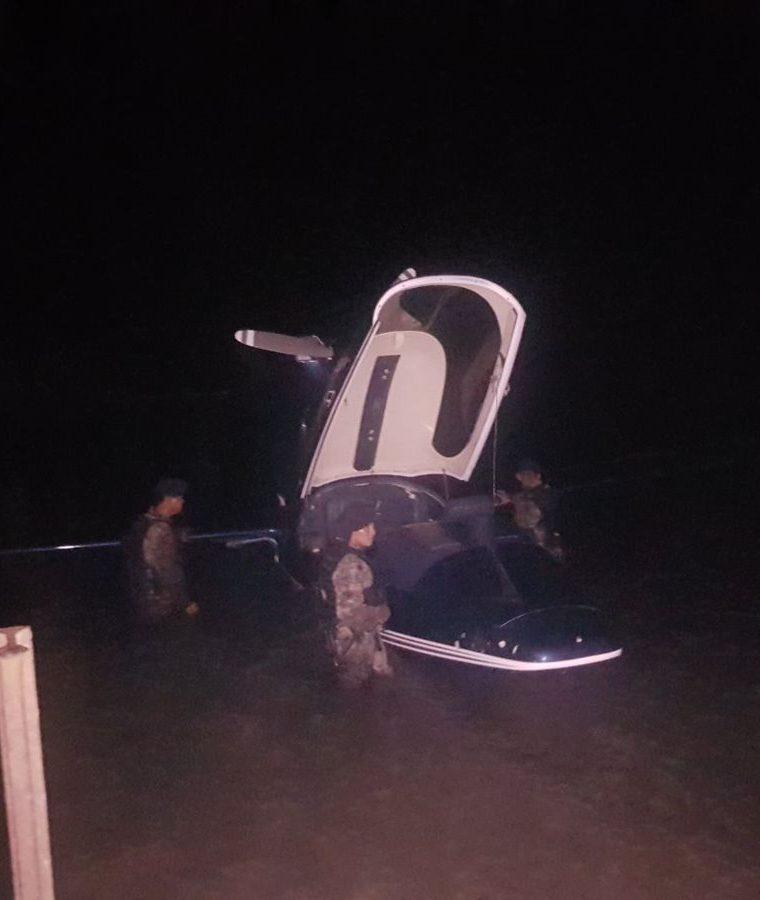 En esta aeronave que amerizó en la playa de Mariscos, transportaban los maletines con dólares. (Foto Prensa Libre: Ejército)
