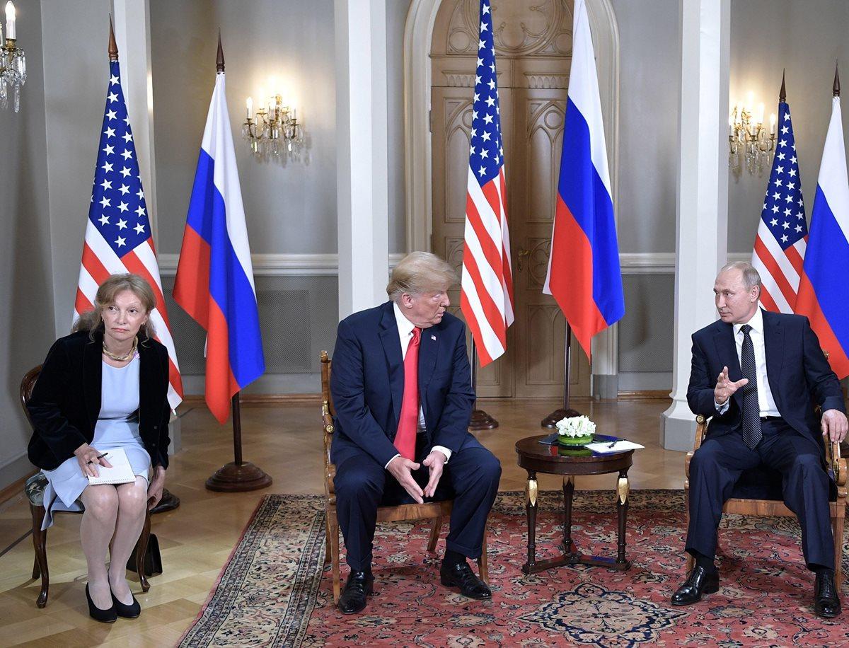 Marina Gross intérprete estadounidense (izq) durante la reunión de Vladímir Putin (dcha), Donald Trump (c) en Helsinki, Finlandia. (Foto Prensa Libre:EFE)