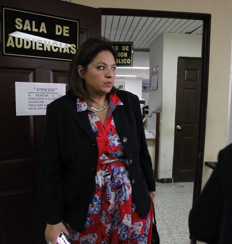 La canciller Sandra Jovel a su llegada al juzgado sexto para la audiencia de apertura a juicio en un caso de adopción ilegal. (Foto Prensa Libre: Paulo Raquec)