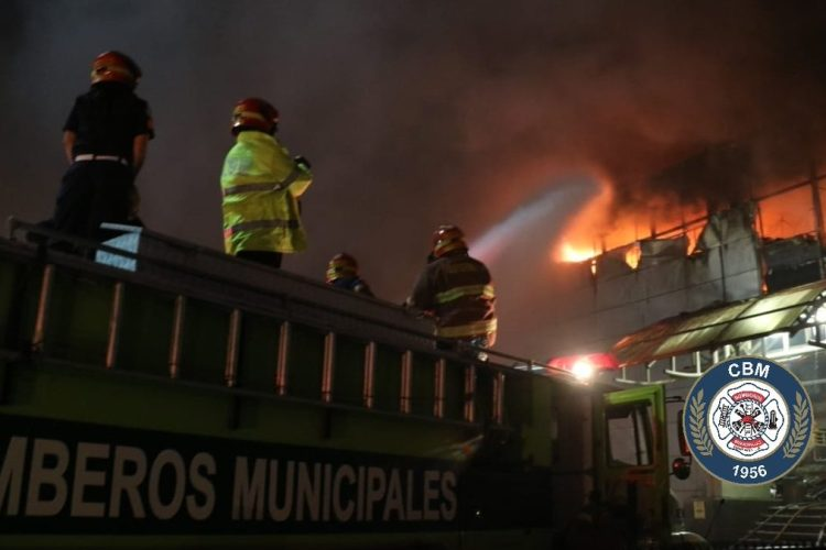 El incendio también fue reportado por varios usuarios de redes sociales.