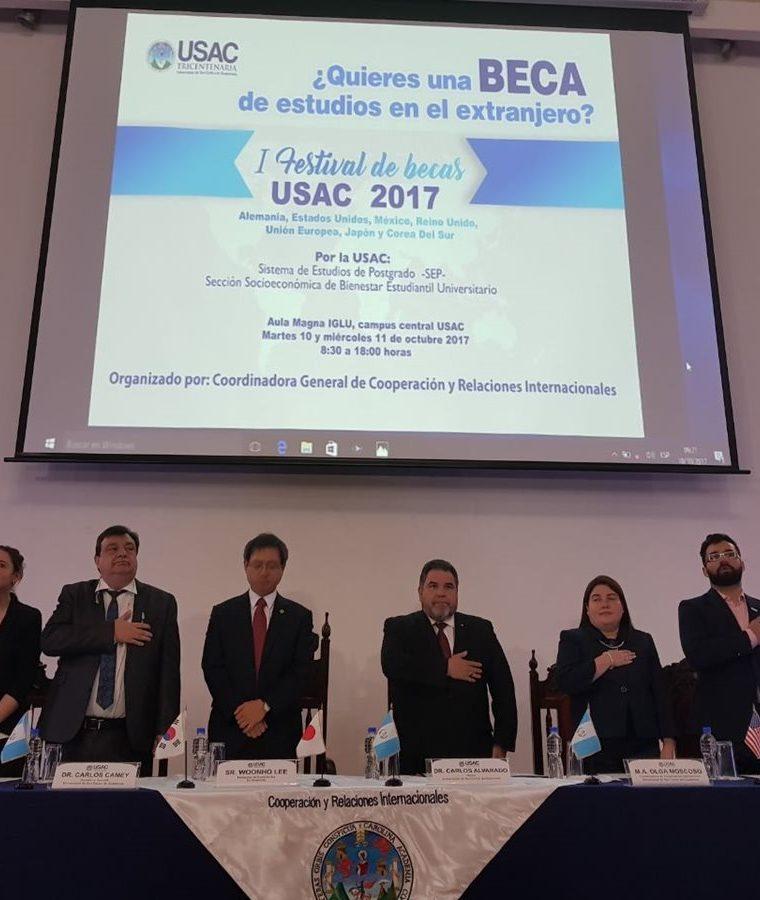 La inauguración de la Feria de Becas se llevó a cabo en el Aula Magna Iglu, en el campus central. (Foto Prensa Libre: Cortesía)