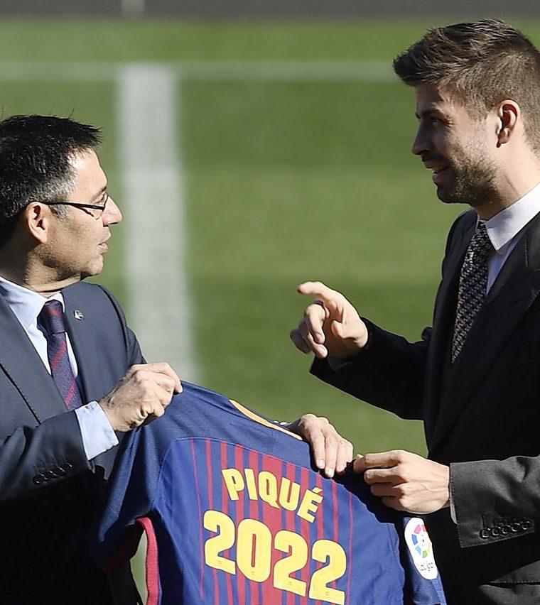 Josep María Bartomeu conversa con Gerard Piqué en el centro del campo después de haber firmado el contrato de renovación. (Foto Prensa Libre: AFP)