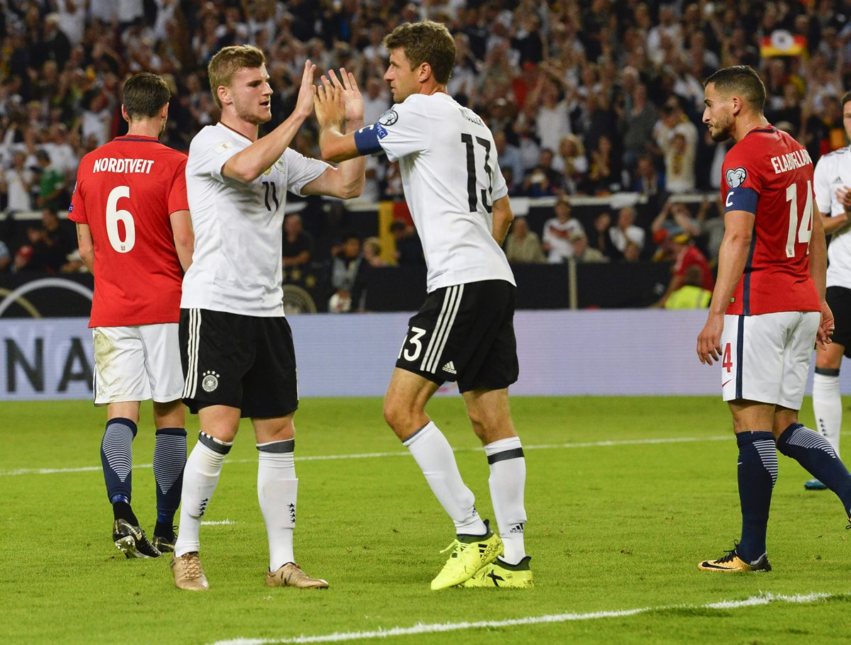 Thomas Müller felicita a Timo Werner luego de una de sus anotaciones. (Foto Prensa Libre: AFP)