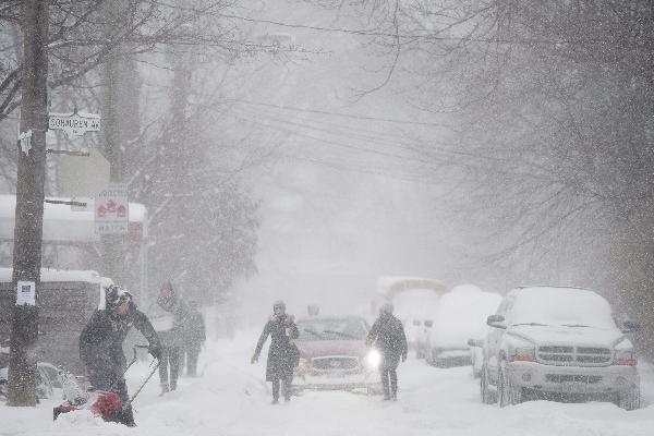 La tormenta de nieve practicamente ha paralizado todo el transporte en Canadá.