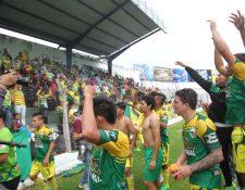Así festejaron los jugadores de Sololá, después de lograr el ascenso. (Foto Prensa Libre: Norvin Mendoza)
