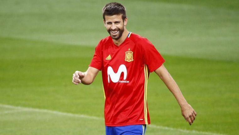 Gerard Piqué sonríe durante el entrenamiento de España en el Bernabéu. (Foto Prensa Libre: EFE)