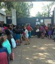 Frente al ingreso de la cárcel Pavon, permanecen familiares a quienes se les prohibió el ingreso; (Foto Prensa Libre: Estuardo Paredes)