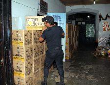 Un policía traslada la mercadería decomisada a la comisaría de la PNC de Retalhuleu. (Foto Prensa Libre: Rolando Miranda)