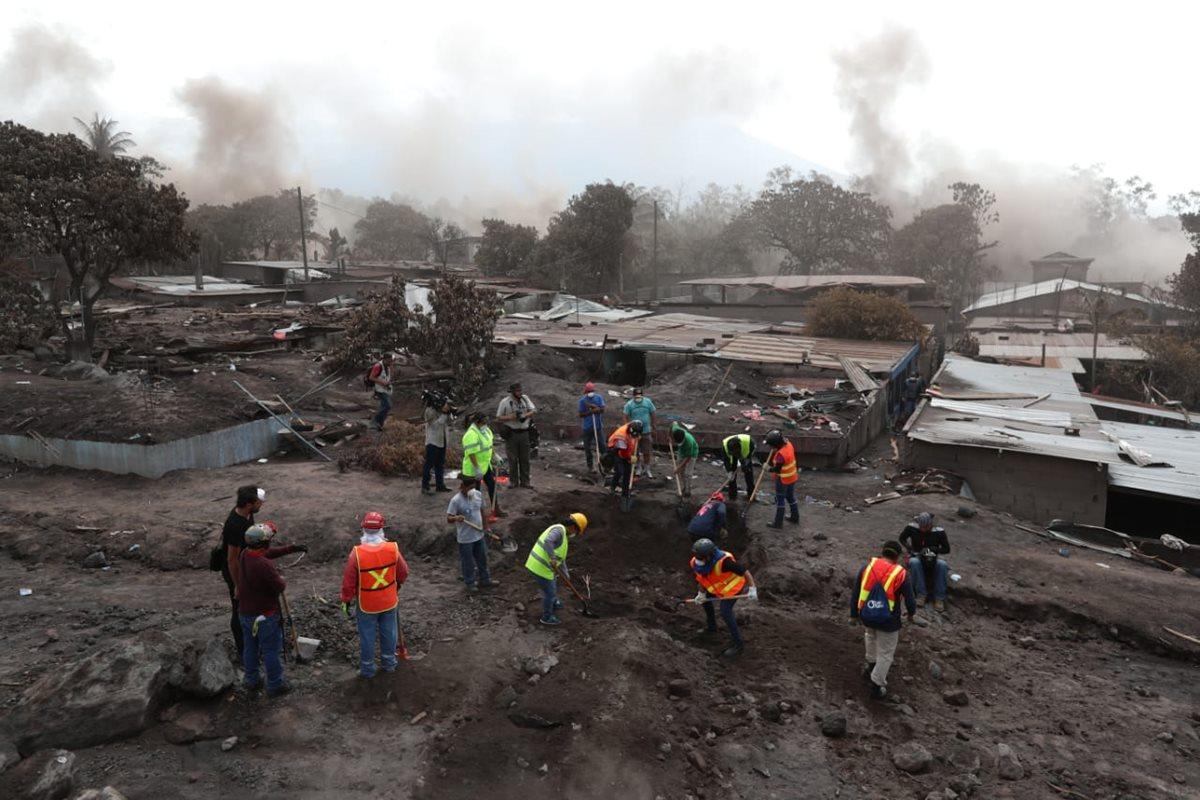 Pobladores, acompañados de voluntarios, entraron el sábado a la zona devastada por la erupción del Volcán de Fuego, para buscar a sus familiares. (Foto, Prensa Libre: Carlos Hernández)