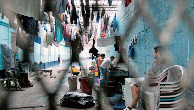 Los privados  de libertad ocupan  espacios reducidos, debido a la sobrepoblación en los centros de detención.