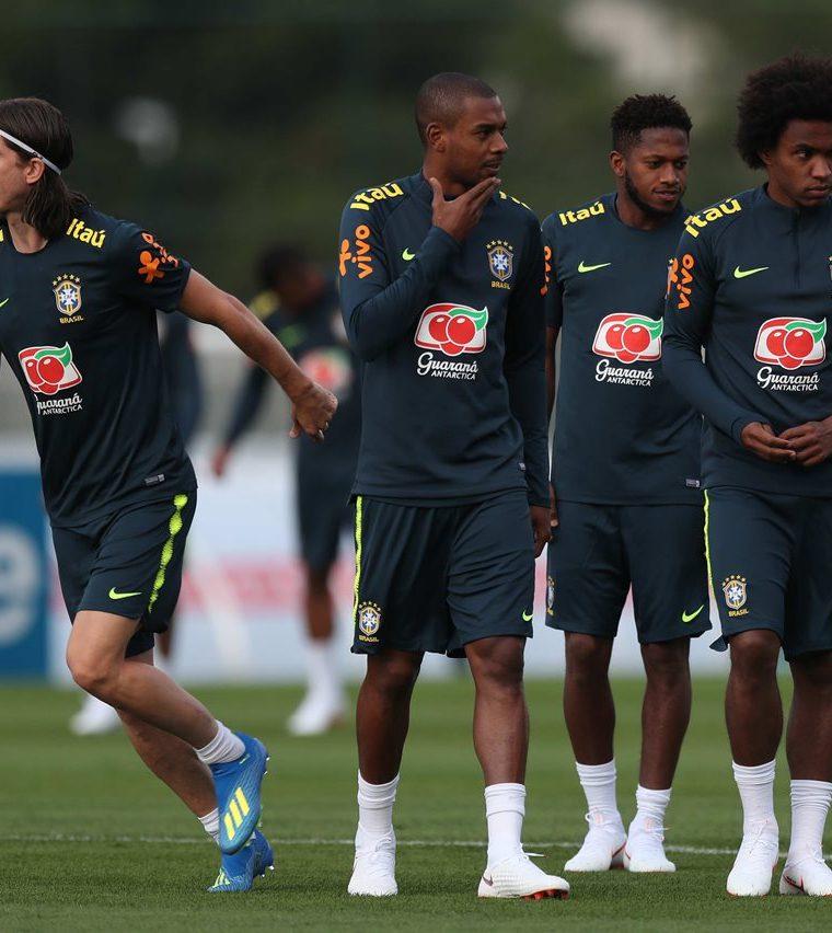 Los jugadores de la selección brasileña Filipe Luis (i), Fernandinho, Fred y Willian participan del entrenamiento. (Foto Prensa Libre: EFE)