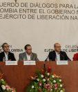 Representantes del Gobierno de Colombia y de la guerrilla del ELN durante la conferencia de prensa el lunes en Caracas, Venezuela. (Foto Prensa Libre: EFE).