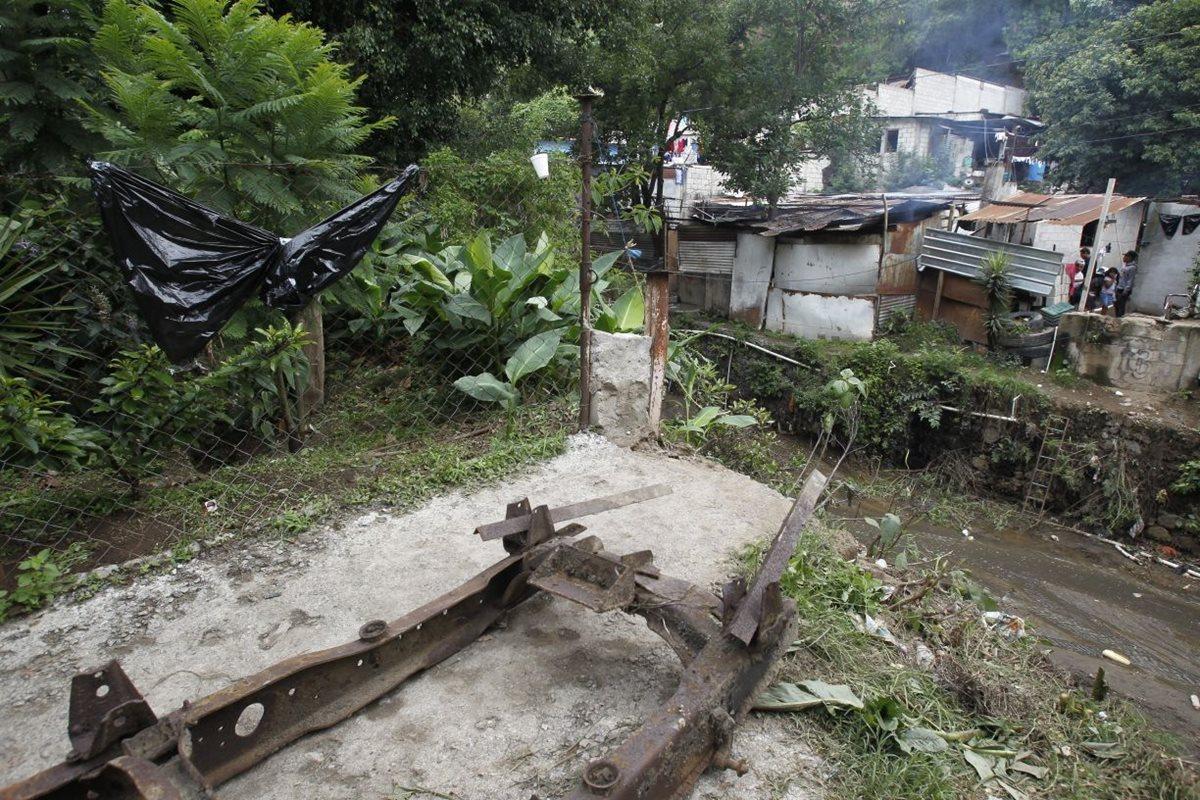 Los vecinos Villa Lobos sector 3, ampliación El Solano, zona 2 de Villa Nueva, viven calvario para movilizarse, debido a la caída de un puente de madera. (Foto Prensa Libre: Paulo Raquec)