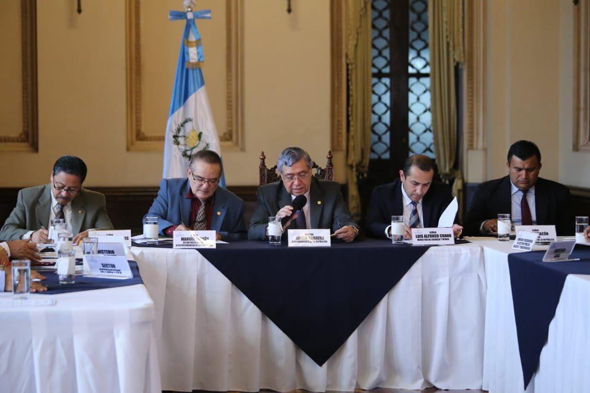 El vicepresidente Jafeth Cabrera participó este martes en una reunión para conversar sobre la industria extractiva en el país. (Foto Prensa Libre: Vicepresidencia)