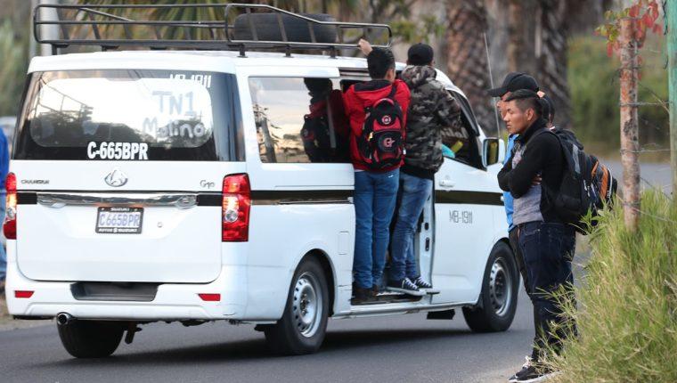 Vecinos de las colonias Minerva y otras de la zona 11 de Mixco, utilizan transportes alternativos para llegar a sus destinos debido a que no hay suficiente transporte público. (Foto Prensa Libre: Óscar Felipe Quisque)