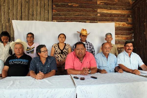 el exalcalde Edvin Morales —centro— denuncia amenazas e intimidaciones.