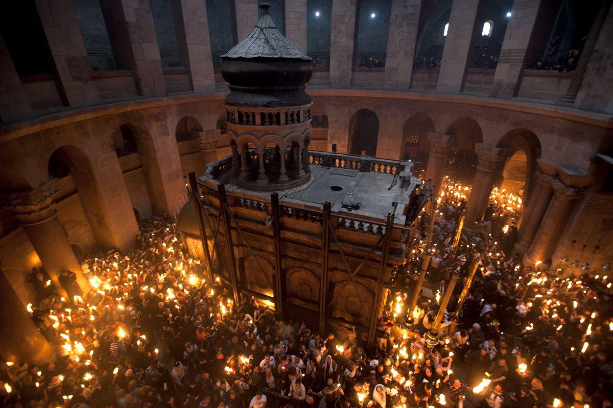 Peregrinos con velas celebran la vigilia pascual en la Basílica del Santo Sepulcro en Jerusalén. (Foto: AP)