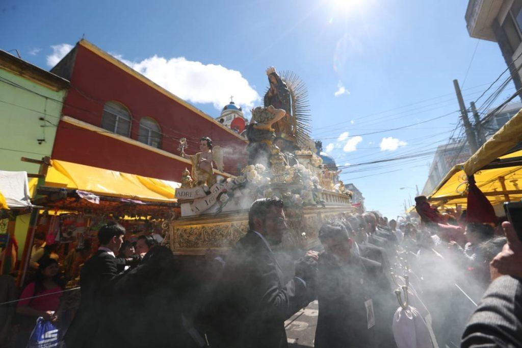Procesión en las calles de la ciudad de Guatemala.