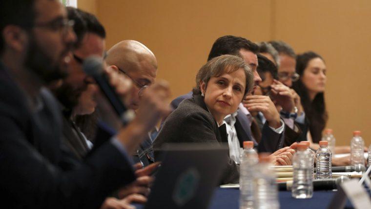 Carmen Aristegui -centro- es una de las periodistas espiadas presuntamente por el gobierno mexicano. (Foto Prensa Libre: AP)